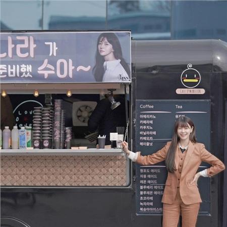 Một mực phủ nhận hẹn hò nhưng Lee Jong Suk lại bí mật gửi 'tín hiệu tình yêu' tới phim trường Itaewon Class để cổ vũ bạn gái tin đồn 0
