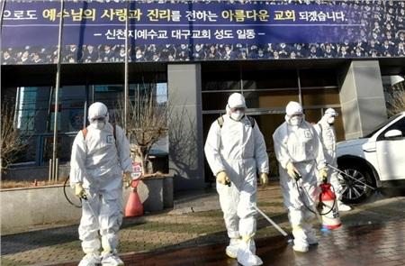 Nhân viên y tế phun khử trùng ở thành phốDaegu - nơi được coi là 'ổ dịch' corona ở Hàn Quốc. Ảnh: AFP