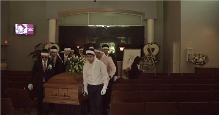 Các con cháu khiêng thi hài Thái Thanh ra khỏi nhà tang lễ
