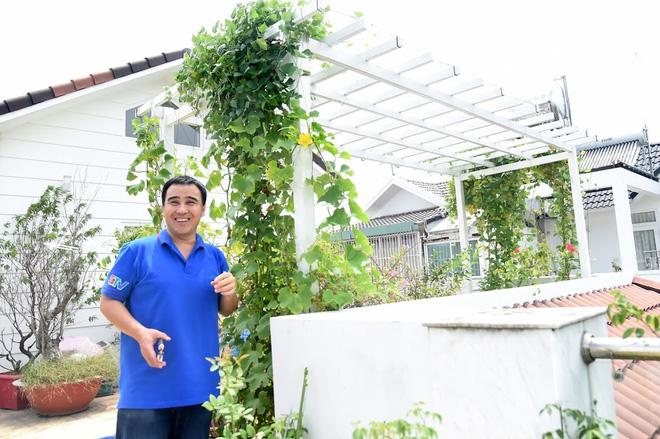 Bà xã Quyền Linh khoe thành quả thu hoạch hoa trái sai trĩu trong căn biệt thự 21 tỷ, được cả chồng lẫn 2 cô con gái xinh đẹp phụ giúp 1