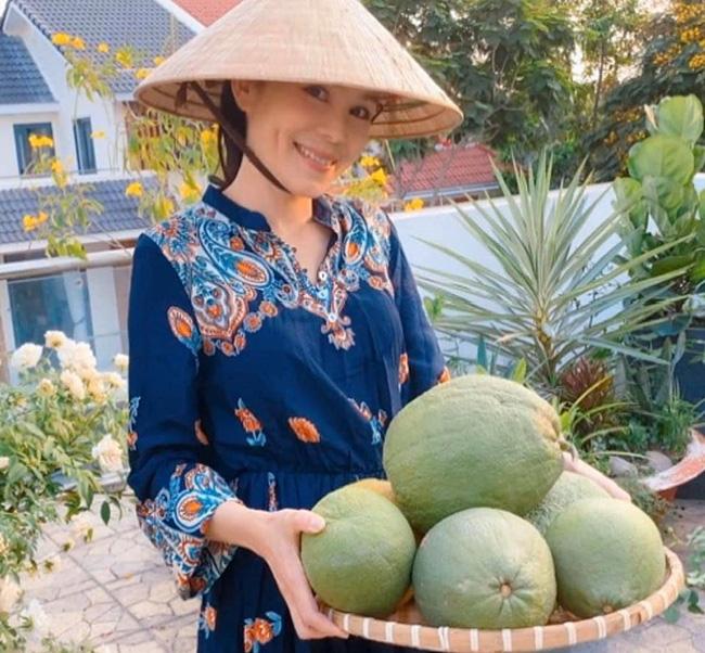 Bà xã Quyền Linh khoe thành quả thu hoạch hoa trái sai trĩu trong căn biệt thự 21 tỷ, được cả chồng lẫn 2 cô con gái xinh đẹp phụ giúp 7