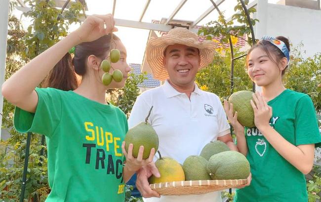 Bà xã Quyền Linh khoe thành quả thu hoạch hoa trái sai trĩu trong căn biệt thự 21 tỷ, được cả chồng lẫn 2 cô con gái xinh đẹp phụ giúp 8