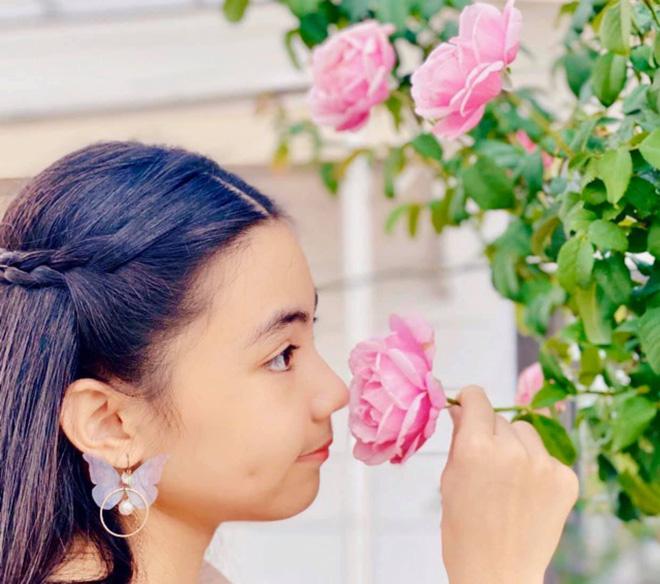 Bà xã Quyền Linh khoe thành quả thu hoạch hoa trái sai trĩu trong căn biệt thự 21 tỷ, được cả chồng lẫn 2 cô con gái xinh đẹp phụ giúp 11