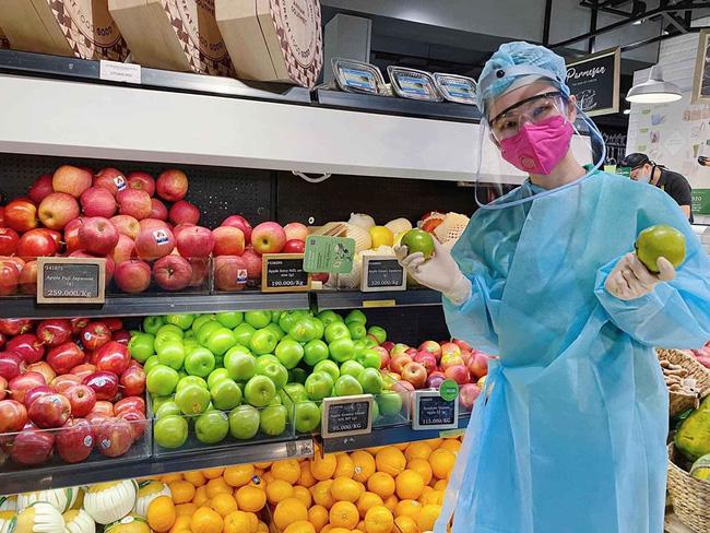 Angela Phương Trinh 'gây sốt' khi xuất hiện trong siêu thị với đồ bảo hộ kín mít 0