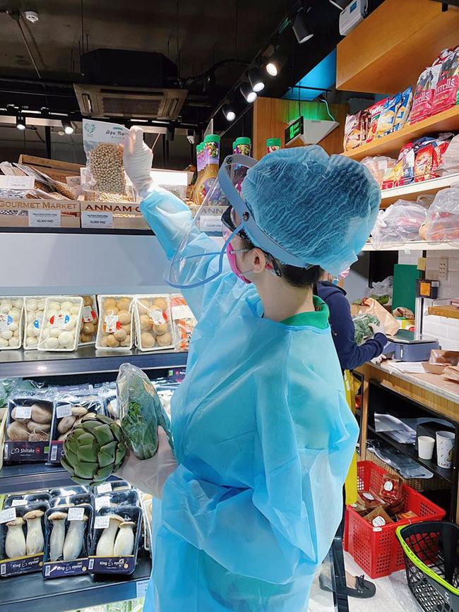 Angela Phương Trinh 'gây sốt' khi xuất hiện trong siêu thị với đồ bảo hộ kín mít 1