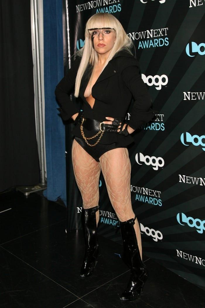 Lễ trao giải NewNowNext tại studio MTV năm 2008 là một trong những lần xuất hiện quan trọng đầu tiên của Lady Gaga sau khi phát hành 'Just Dance'. Người ta muốn giữ làn da mịn màng, Gaga lại chọn đôi tất da chân nhăn nheo.