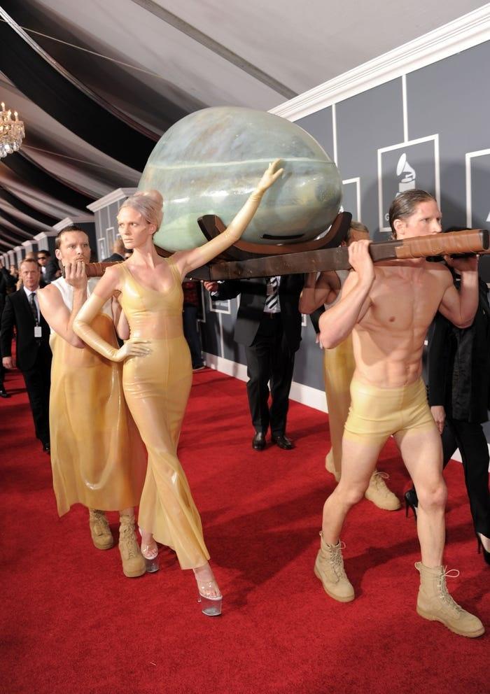 Cô biến mình thành một tác phẩm nghệ thuật sống tại Grammy 2011. Ngoài Gaga, không một ai dám ngồi trong quả trứng để xuất hiện trên thảm đỏ.