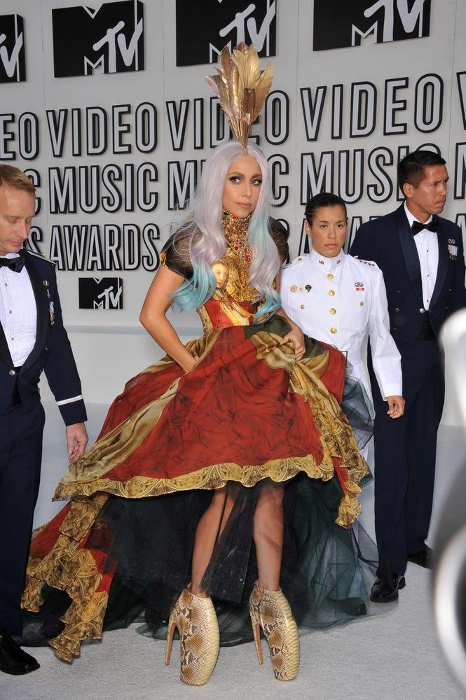 Cùng năm đó, Lady Gaga đã vinh danh cố Alexander McQueen tại VMAs.