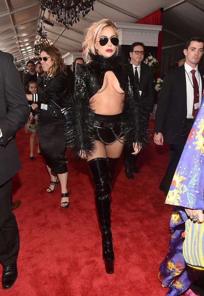 Gaga hóa thân thành rocker trong Grammy 2017.