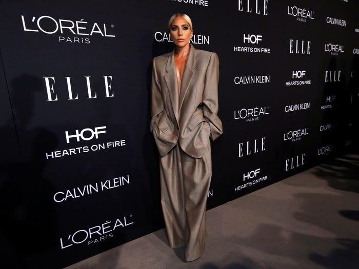 Trong lễ kỷ niệm 'Women in Hollywood' năm 2018 của ELLE, Gaga tạm chia tay với váy dạ hội để mặc một bộ suit quá khổ.