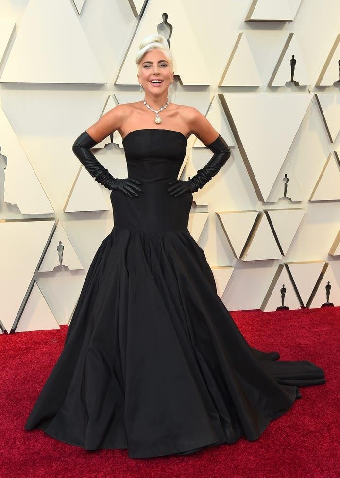 Gaga tôn vinh biểu tượng thời trang Audrey Hepburn tại Oscar 2019.