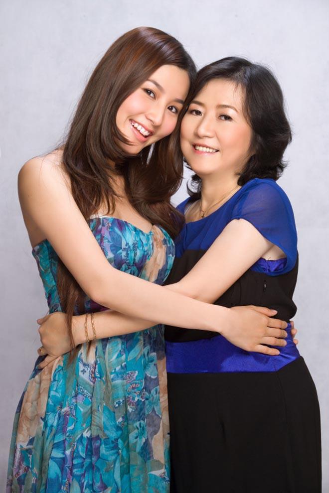 Hình ảnh kỉ niệm của Diễm My 9x và mẹ.