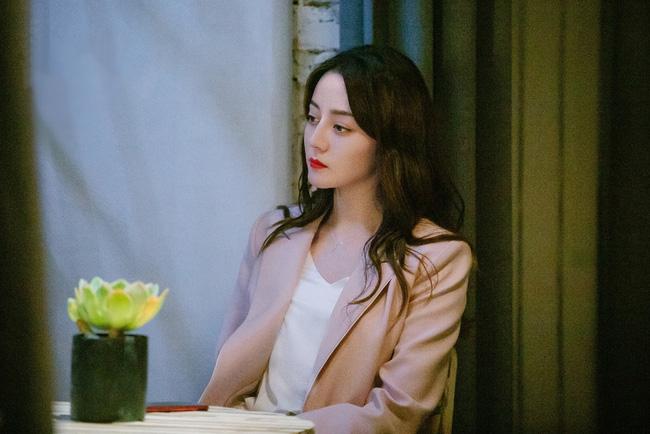 'Hạnh phúc trong tầm tay': Địch Lệ Nhiệt Ba bị chê diễn dở, hôn môi Hoàng Cảnh Du cũng không cứu nổi rating 3