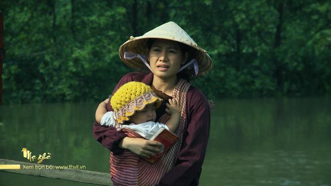 Diệu phải đi bán vé số để nuôi con của Phong.