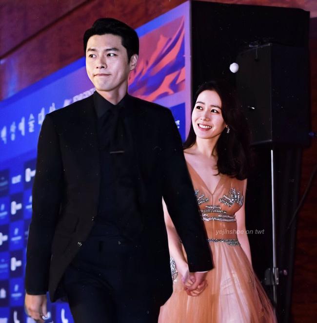 Hyun Bin và Son Ye Jin vừa xác nhận tham dự lễ trao giải Baeksang vào 5/6, netizen đã ngay lập tức so sánh với cặp đôi Song - Song ngày nào 1
