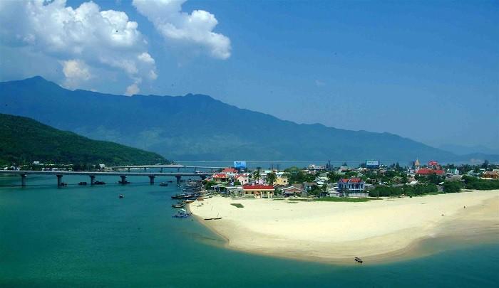 Nếu muốn ra biển bạn có thể đến vịnh Lăng Cô nhé!