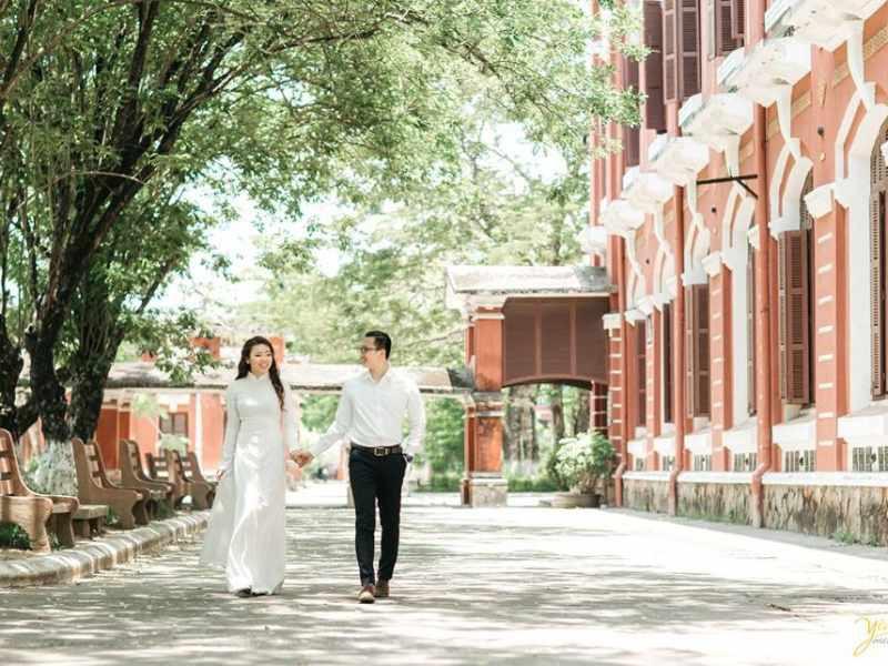 Bộ ảnh cưới đẹp lung linh được chụp tại trường Quốc Học Huế.