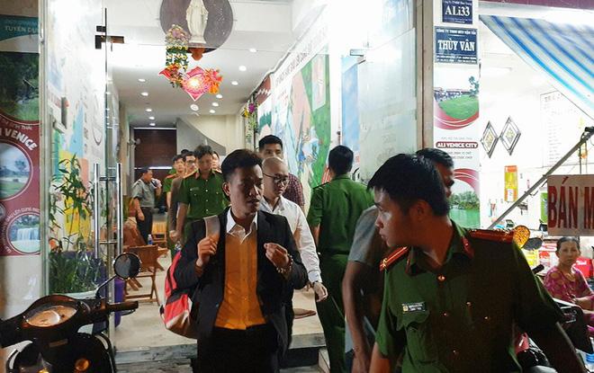 Công an đưa một số người trong chi nhánh Công ty Alibaba đi về trụ sở cơ quan CSĐT Công an TP.HCM để làm việc. Ảnh NT