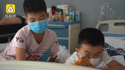 2 anh em Yan Yihang và Yan Ce trong bệnh viện.