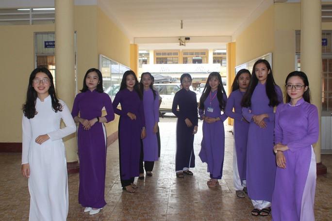 Nữ sinh của Trường ĐH Bạc Liêu trong trang phục áo dài