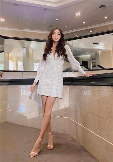 Trước đó không lâu, Hoa hậu Lương Thùy Linh cũng từng chọn diện chiếc váy này.