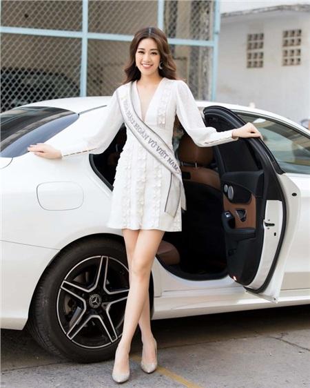 Xuất hiện trong chiếc váy tay dài có phần chân chữ A, tân Hoa hậu Hoàn vũ Khánh Vân nhanh chóng thu hút sự chú ý.