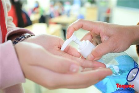 Tại trường, giáo viên và học sinh nên thường xuyên rửa tay sạch sẽ (ảnh minh họa)