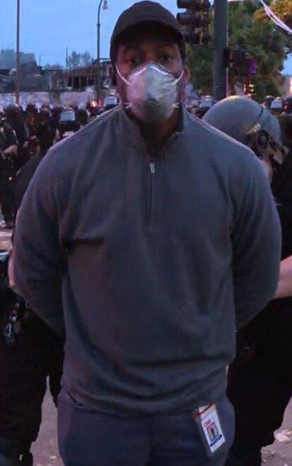 Nhà báo CNN Omar Jimenez, được đưa vào đồn cảnh sát khi đang tường thuật trực tiếp tại cuộc biểu tình ở Minneapolis hôm 29/5.