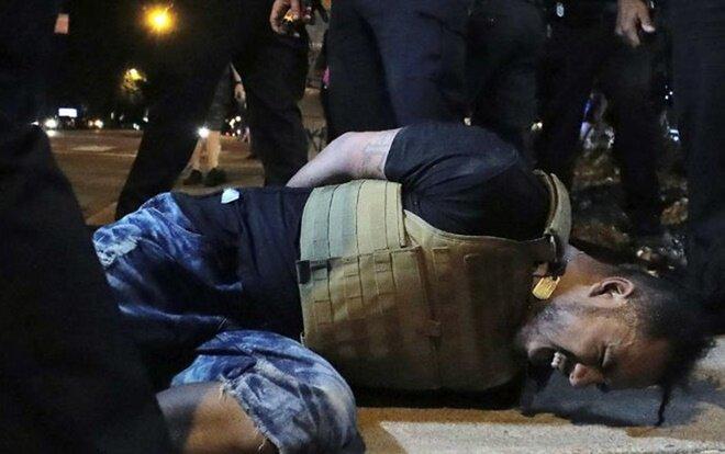 Một người đàn ông bị cảnh sát xịt hơi cay khi đang biểu tình tại Tennessee, ngày 28/5.