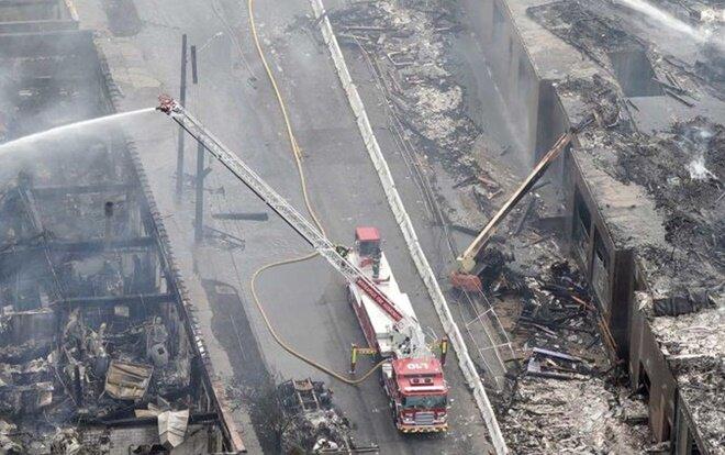 Xe cứu hoả dập lửa tại một toà nhà bị thiêu cháy rụi tại Minneapolis.Chính quyền Mỹ phải điều 500 Vệ binh Quốc gia tới hai thành phố của bang Minnesota là Minneapolis và Saint Paul để hỗ trợ lực lượng chức năng theo đề nghị của Thống đốc Tim Walz