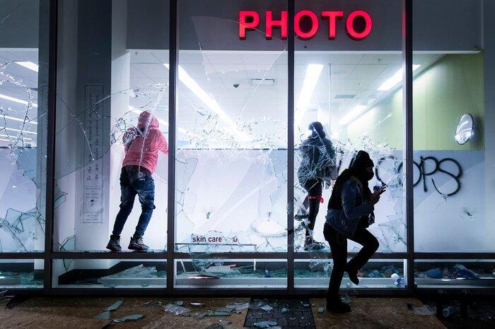 Một cửa hàng Walgreen bị phá hoại trong cuộc biểu tình ở Oakland, bang California.