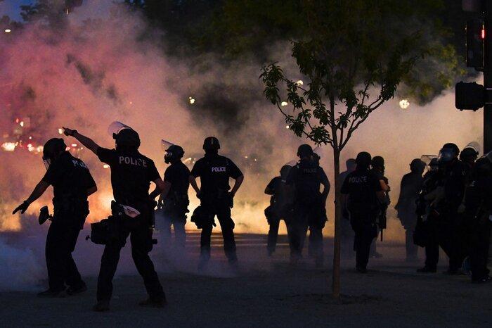 Cảnh sát bắn hơi cay vào người biểu tình gần Tòa nhà Đại hội tiểu bang Colorado trong cuộc biểu tình ngày 29/5 tại thành phố Denver.