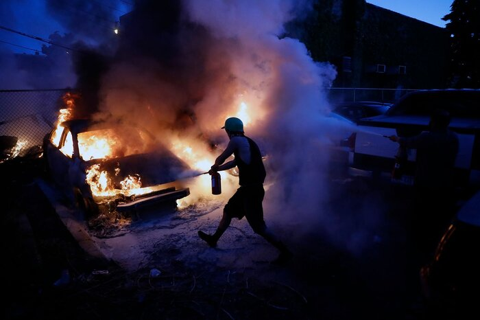 Một xe ô tô bị đốt cháy trong biểu tình tại Minneapolis ngày 29/5.