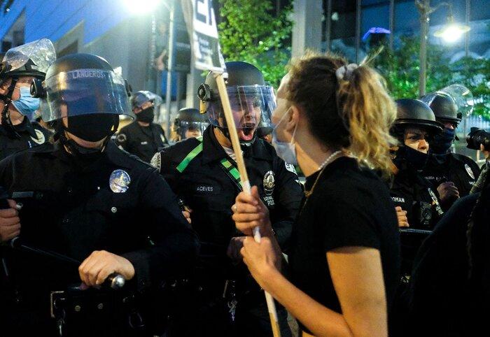 Cảnh sát đụng độ người biểu tình ở trung tâm thành phố Los Angeles.
