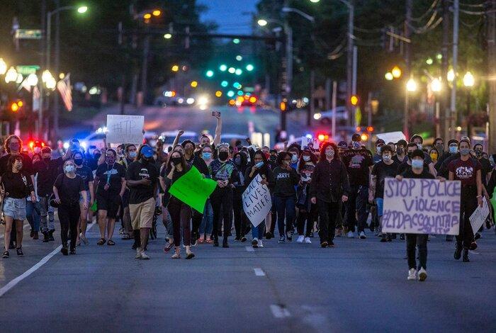 Người biểu tình kêu gọi cảnh sát ngừng sử dụng vũ lực tại trung tâm thành phố Lexington, bang Kentucky hôm 29/5.