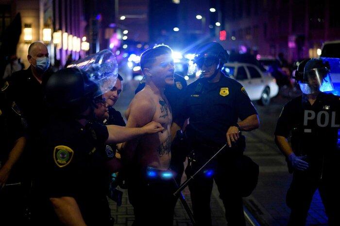 Một người bị cảnh sát bắt giữ trong cuộc biểu tình tạiHouston.Gần 200 người đã bị bắt ở Houston, bang Texas, sau cuộc biểu tình vào tối 29/5.Hầu hết sẽ bị buộc tội cản trở luật pháp.