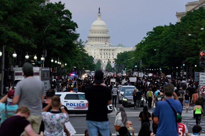 Đám đông người biểu tình đi dọc theo Đại lộ Pennsylvania phản đối cái chết của George Floyd.