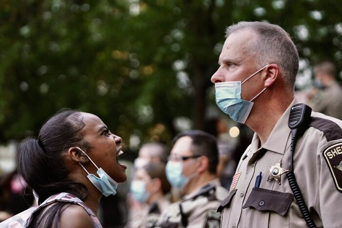 Một người phụ nữ hét lên trước mặt phó cảnh sát trưởng trong cuộc biểu tình hôm 28/5 sau cái chết của người da màu George Floyd ở Minneapolis.