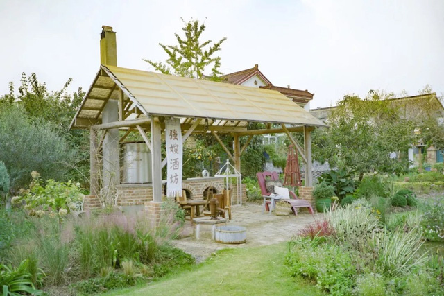 Cặp vợ chồng trẻ dành 5 năm để biến khu đất hoang rộng 6000m² thành khu vườn thiên đường của cỏ cây, hoa lá 11