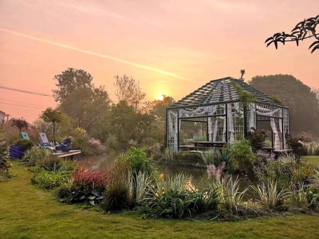 Cặp vợ chồng trẻ dành 5 năm để biến khu đất hoang rộng 6000m² thành khu vườn thiên đường của cỏ cây, hoa lá 25