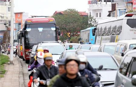 Lượng người dân đổ ra đường mua sắm đào, quất và cây cảnh đông nên nhiều tuyến đường xảy ra hiện tượng ùn ứ.