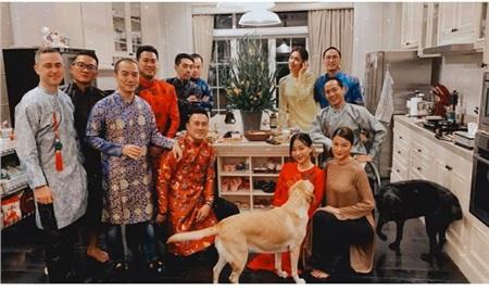 Vợ chồng Tăng Thanh Hà diện áo dài truyền thống trong bữa tiệc tất niên 2