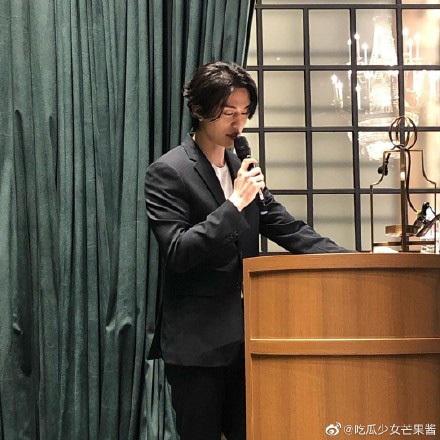 Sau khi tiết lộ bản thân sở hữu gen đặc biệt, Lee Dong Wook tiếp tục chiếm 'spotlight' của cô dâu chú rể khi xuất hiện trong đám cưới bạn 0