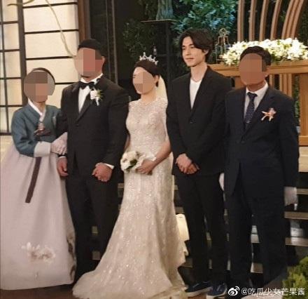 Sau khi tiết lộ bản thân sở hữu gen đặc biệt, Lee Dong Wook tiếp tục chiếm 'spotlight' của cô dâu chú rể khi xuất hiện trong đám cưới bạn 2