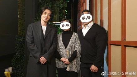 Sau khi tiết lộ bản thân sở hữu gen đặc biệt, Lee Dong Wook tiếp tục chiếm 'spotlight' của cô dâu chú rể khi xuất hiện trong đám cưới bạn 3