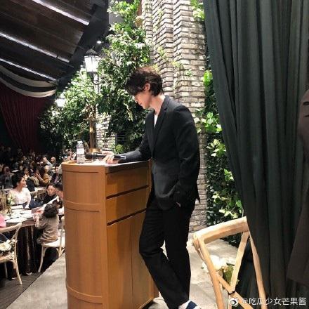Sau khi tiết lộ bản thân sở hữu gen đặc biệt, Lee Dong Wook tiếp tục chiếm 'spotlight' của cô dâu chú rể khi xuất hiện trong đám cưới bạn 1
