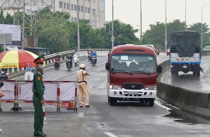 Lực lượng chức năng đang căng mình làm nhiệm vụ tại các chốt kiểm soát dịch trên địa bàn TP. Trong hình là chốt kiểm soát chân cầu Vình Bình (Quốc lộ 13, quận Thủ Đức). Ảnh: GIA MINH