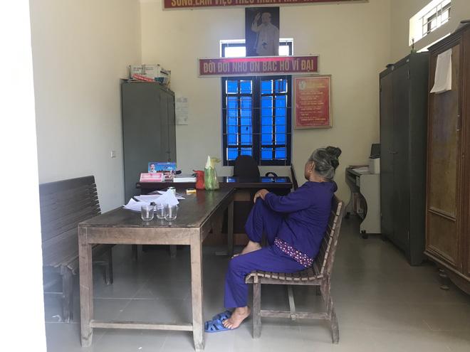 Bà Thanh tại trụ sở Công an xã cùng tang vật và mẫu nước giếng của gia đình ông Đ. để làm xét nghiệm chất độc.