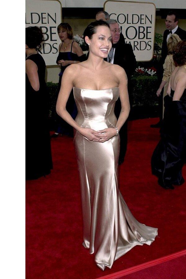 Trên thảm đỏ Golden Globe Awards 2001, Jolie khiến bao người phải chú ý khi người đẹp diện váy Versace cúp ngực lấp ló vòng 1 thế này đây