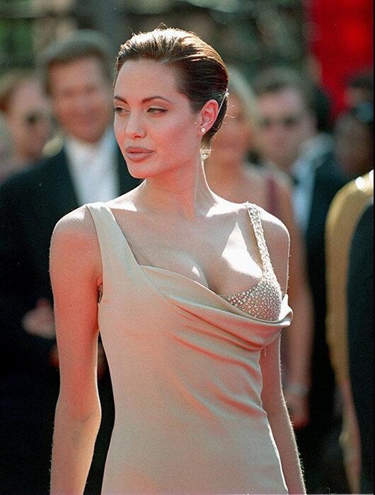 Đôi môi dày cùng những bộ váy khoe vòng 1 đẫy đà luôn là thương hiệu của cô thời Jolie còn trẻ